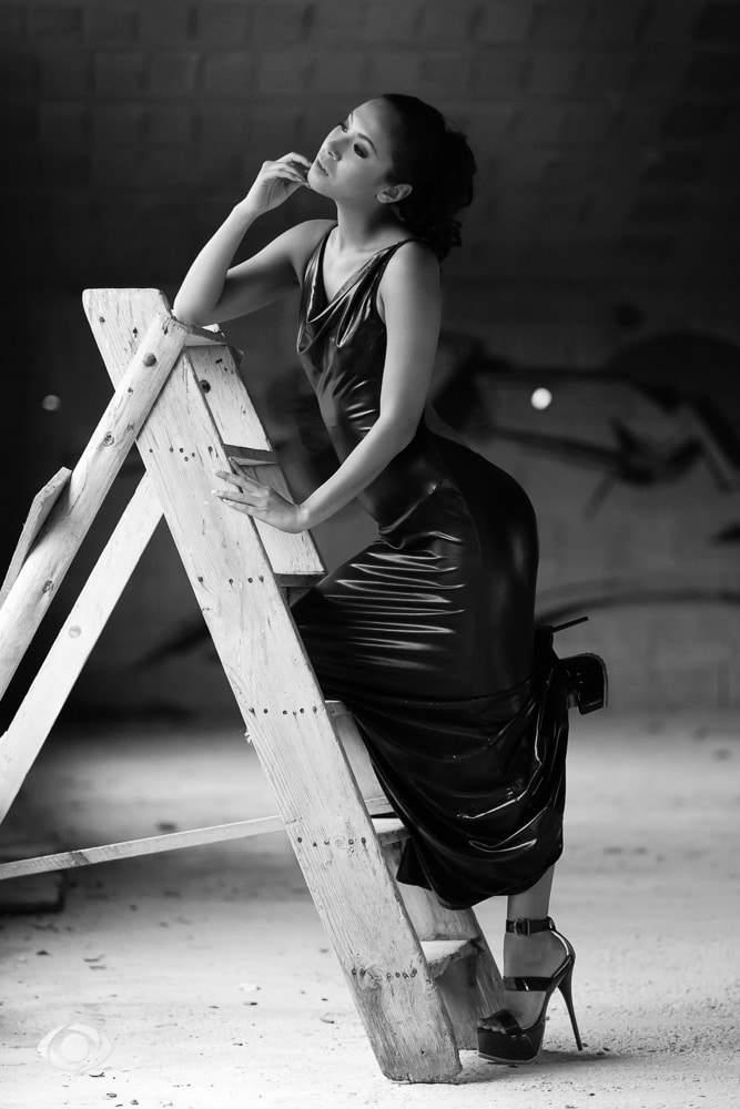 jenny suv femme genève modèle mannequin suisse maquilleuse danseuse noir blanc vinyle latex extérieur urbex